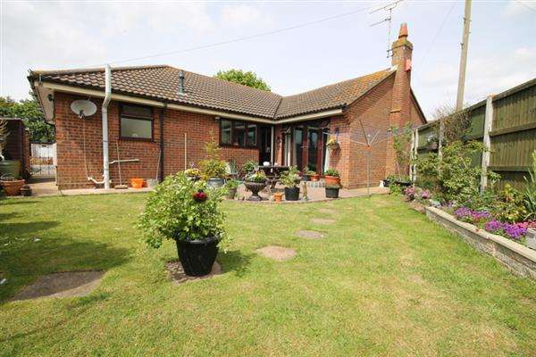 2 Bedrooms Bungalow for sale in Holland Road, Clacton on Sea