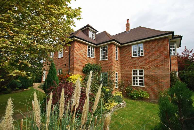 5 Bedrooms Detached House for sale in Woodside Avenue, Beaconsfield, HP9