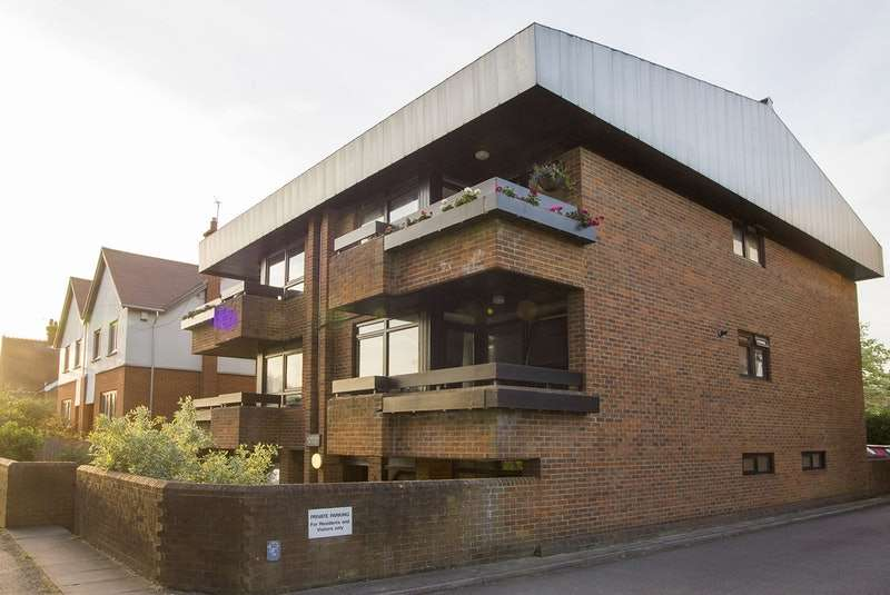 2 Bedrooms Flat for sale in Holmes Court, Carlisle Avenue, St. Albans, Hertfordshire, AL3