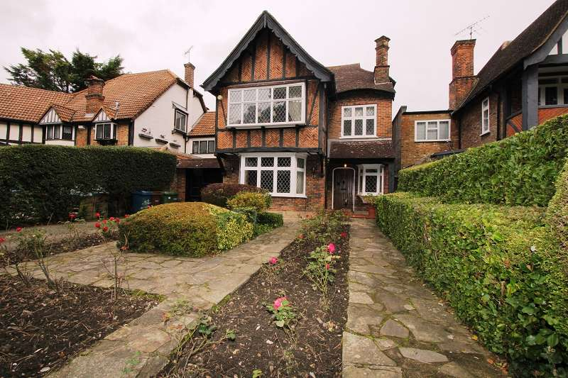 4 Bedrooms Detached House for sale in Canons Drive, Edgware, Greater London. HA8 7QP