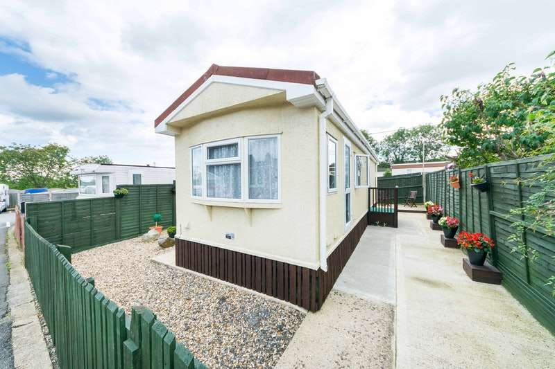 2 Bedrooms Park Home Mobile Home for sale in Attwood Close, Basingstoke, Hampshire, RG21