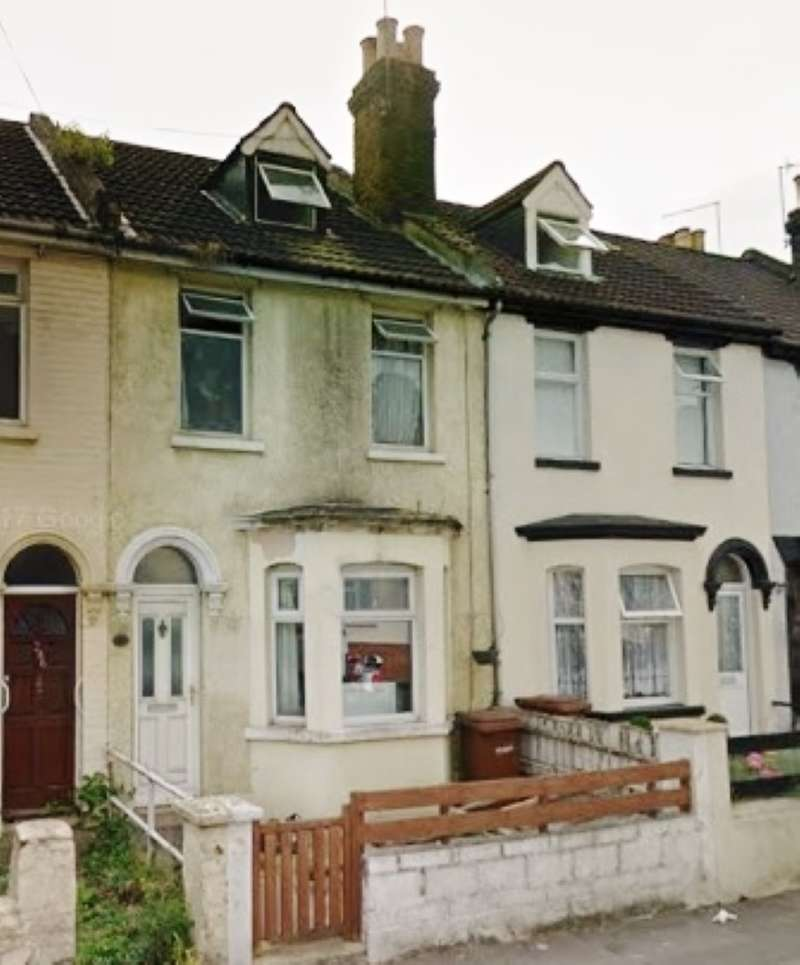 3 Bedrooms Terraced House for sale in Luton Road, Luton, Chatham, Kent, ME4 5BU