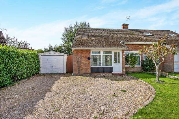 2 Bedrooms Bungalow for sale in Pyrford, Surrey