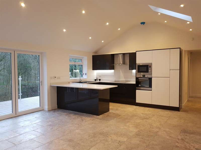 3 Bedrooms Bungalow for sale in Mottram Road, Stalybridge, SK15 2RF