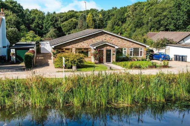 3 Bedrooms Bungalow for sale in Hermitage Bridge, Woking, Surrey