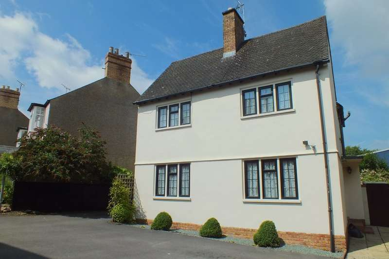 3 Bedrooms Detached House for sale in Cirencester