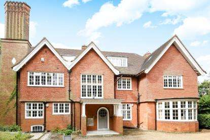 2 Bedrooms Flat for sale in The Mount, Mavelstone Road, Bromley
