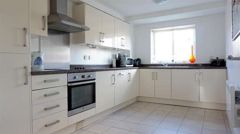 2 Bedrooms Apartment Flat for sale in Castle Moat Court, Newcastle, Staffs