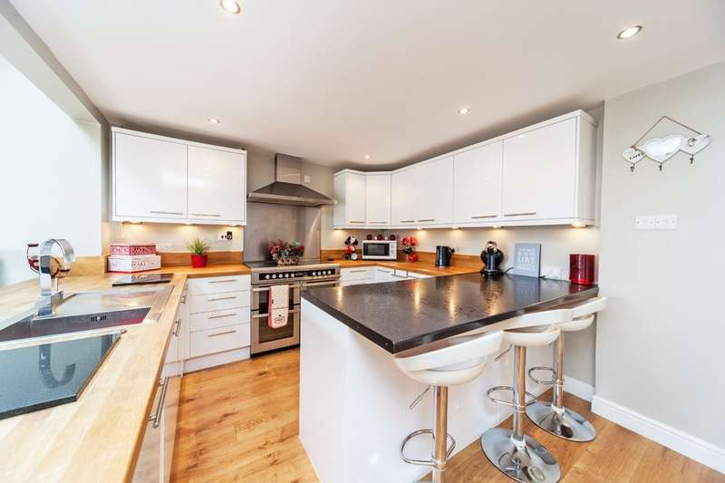 4 Bedrooms Semi Detached House for sale in Fleming Way, Tonbridge