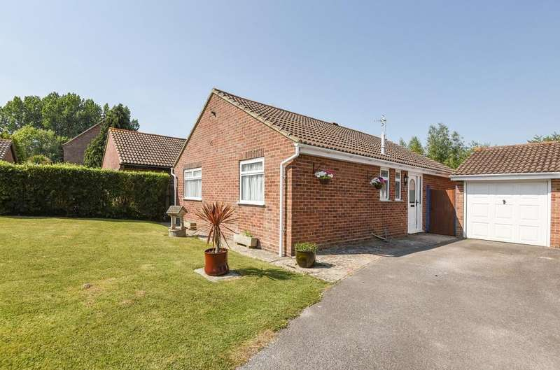 3 Bedrooms Detached Bungalow for sale in Sunningdale Gardens, Bersted, Bognor Regis, PO22