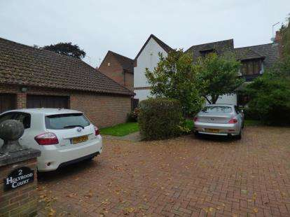 4 Bedrooms Detached House for sale in Holyrood Court, Northampton, Northamptonshire, Northants