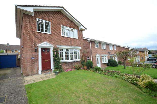 3 Bedrooms Detached House for sale in Pilgrims Close, Farnham