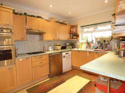 5 Bedrooms Bungalow for sale in Hornchurch