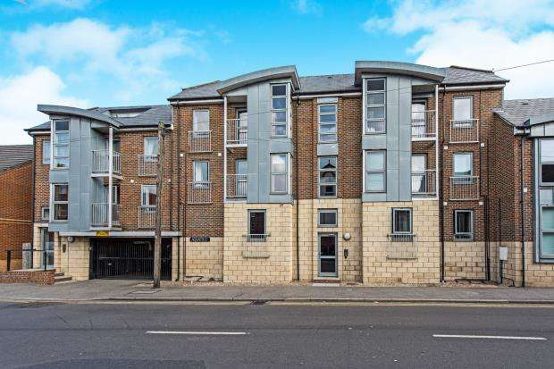 2 Bedrooms Flat for sale in Walnut Tree Close, Guildford, Surrey