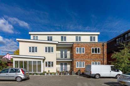 2 Bedrooms Flat for sale in The Maze, Eastwood, Uk