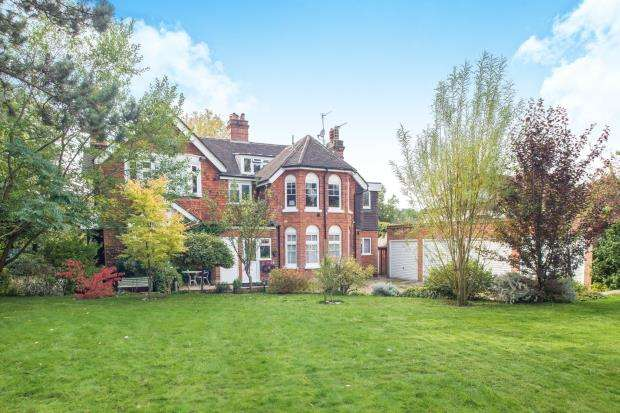 2 Bedrooms Flat for sale in Ashtead, Surrey, Engalnd