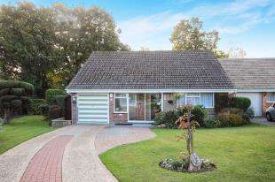 3 Bedrooms Bungalow for sale in Willow Close, Storrington, Pulborough, West Sussex