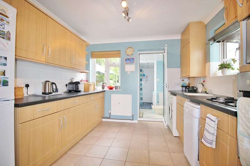 3 Bedrooms Semi Detached House for sale in Felstead Road, Loughton, Essex, IG10