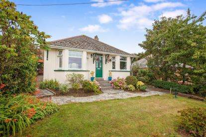 3 Bedrooms Bungalow for sale in Trevone, Nr Padstow, Cornwall