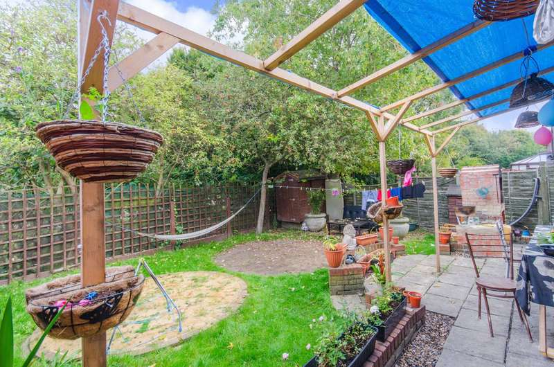 4 Bedrooms House for sale in Robin Crescent, Beckton, E6