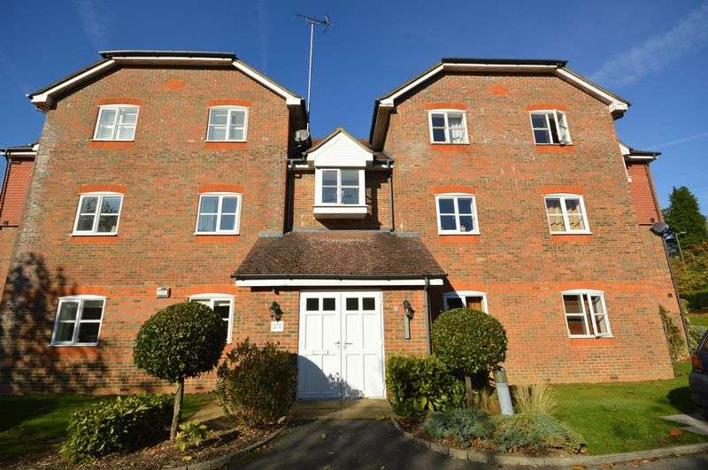 2 Bedrooms Property for sale in Royal Huts Avenue, Hindhead