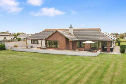 4 Bedrooms Bungalow for sale in Penrodyn, Valley, Holyhead, Sir Ynys Mon, LL65