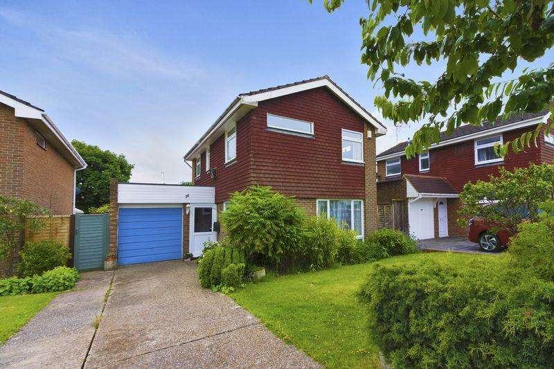 3 Bedrooms Detached House for sale in Bannister Gardens, Storrington