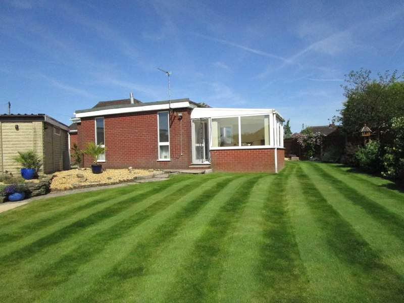 4 Bedrooms Detached Bungalow for sale in Clevelands Close, High Crompton