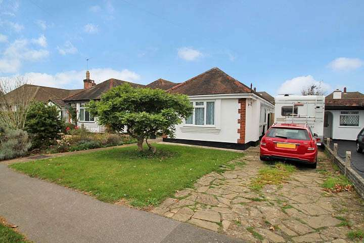 3 Bedrooms Bungalow for sale in Meadway, Staines-Upon-Thames, TW18