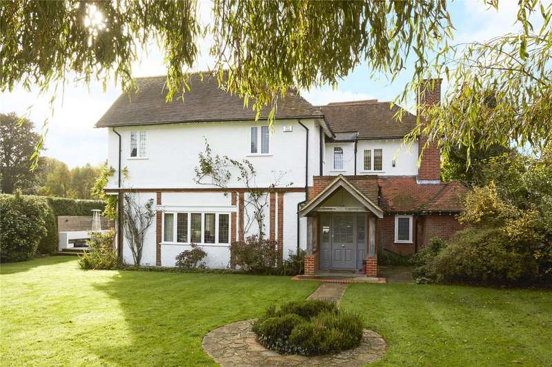 4 Bedrooms Detached House for sale in Russell Close, Walton on the Hill, Tadworth, Surrey, KT20