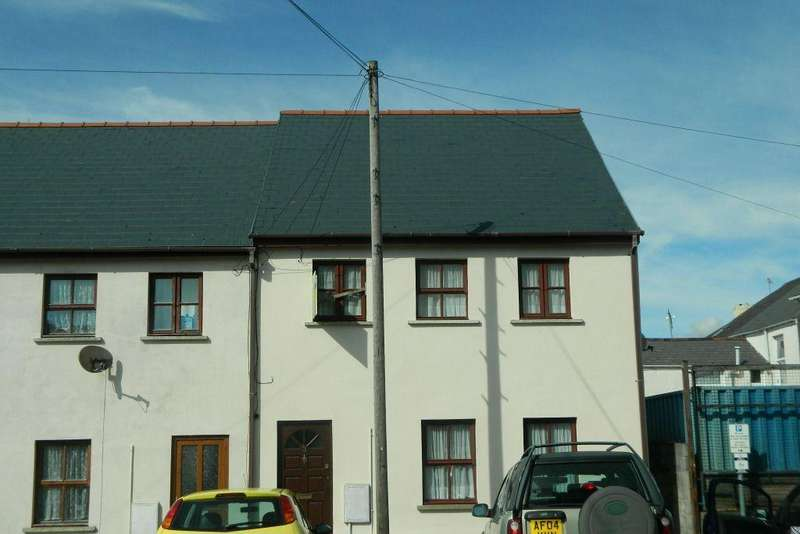 3 Bedrooms Semi Detached House for sale in Albion Square, Pembroke Dock. SA72 6XE