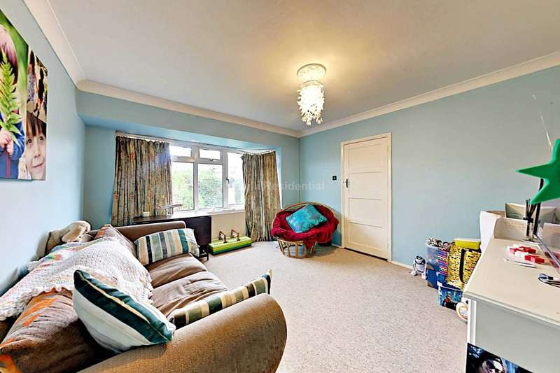 2 Bedrooms Maisonette Flat for sale in Lye Copse Avenue, Farnborough
