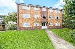 2 Bedrooms Flat for sale in Ninehams Court, Milton Road, Caterham, Surrey