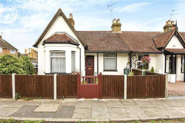 2 Bedrooms Bungalow for sale in Wyatt Road, Staines-upon-Thames, Surrey