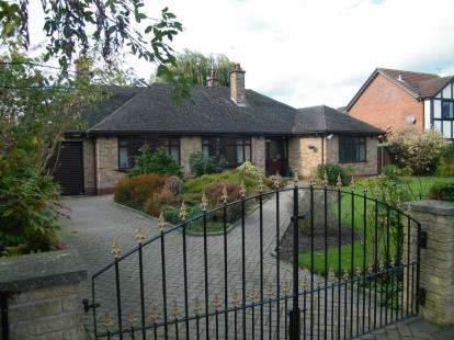 3 Bedrooms Bungalow for sale in Mablins Lane, Crewe, Cheshire