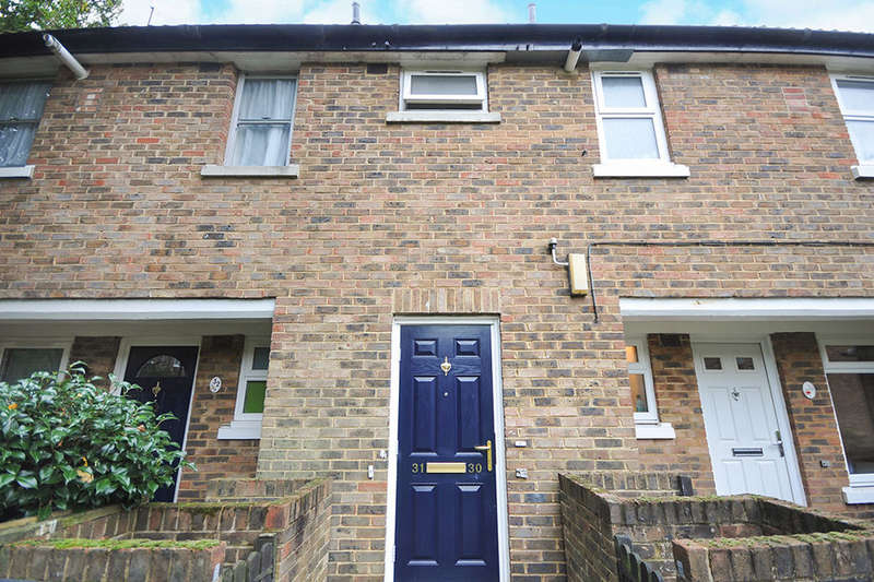 2 Bedrooms Flat for sale in Lions Close, London, SE9
