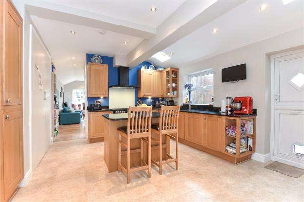 3 Bedrooms Semi Detached House for sale in Cambridge Road, Crowthorne, Berkshire