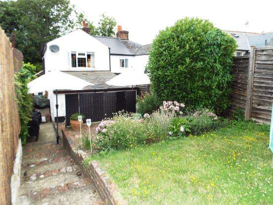 2 Bedrooms End Of Terrace House for sale in Bagshot, Surrey