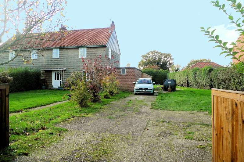 3 Bedrooms House for sale in Sutton Crescent, Freethorpe, Norwich, NR13