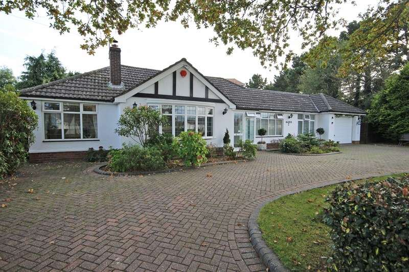 3 Bedrooms Detached Bungalow for sale in Green Lane, Barton On Sea, New Milton