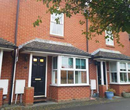 2 Bedrooms Terraced House for sale in Pitcher Walk, Fairford Leys, Aylesbury, Buckinghamshire