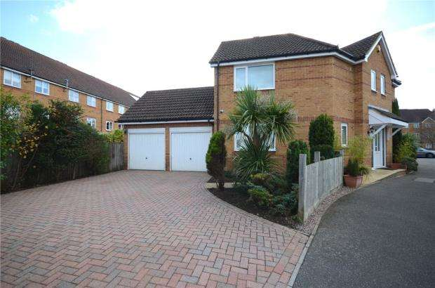 4 Bedrooms Link Detached House for sale in Aspen Grove, Aldershot, Hampshire