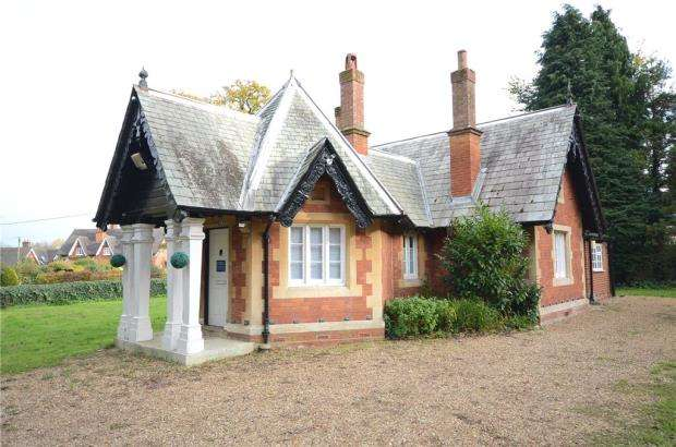 2 Bedrooms Detached Bungalow for sale in Bearwood Road, Sindlesham, Wokingham