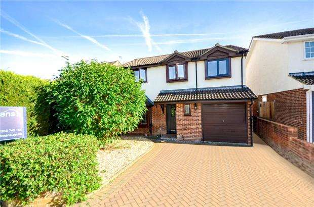 4 Bedrooms Detached House for sale in Dickens Way, Yateley, Hampshire