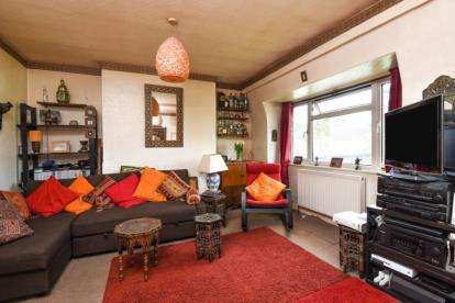 2 Bedrooms Flat for sale in Hollydene, Beckenham Lane, Bromley