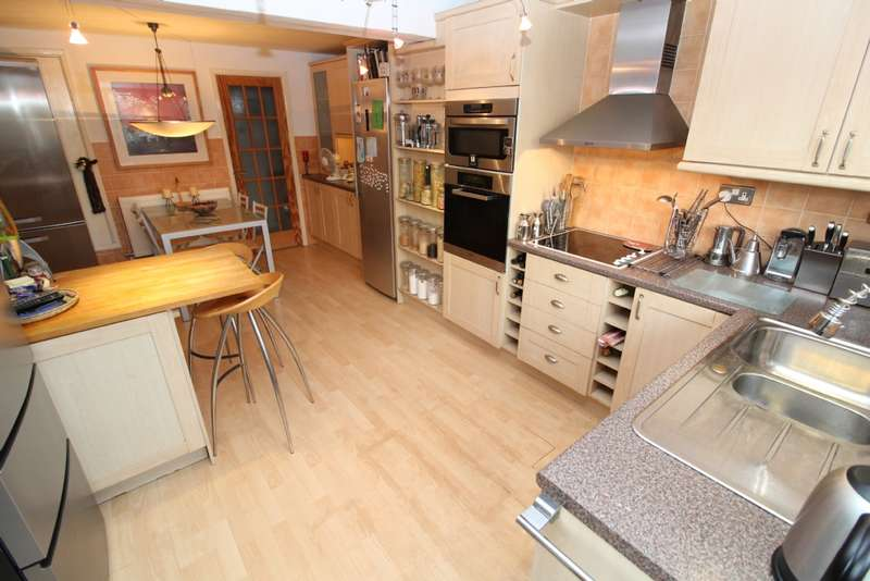 3 Bedrooms Terraced House for sale in Medway Close, Newport Pagnell, Buckinghamshire