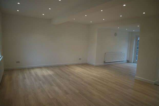 3 Bedrooms Semi Detached House for sale in Brent Gardens Reading