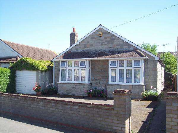 4 Bedrooms Bungalow for sale in Royston Way, Burnham, Slough