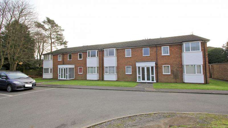 2 Bedrooms Flat for sale in Claydon Court, High Wycombe HP12