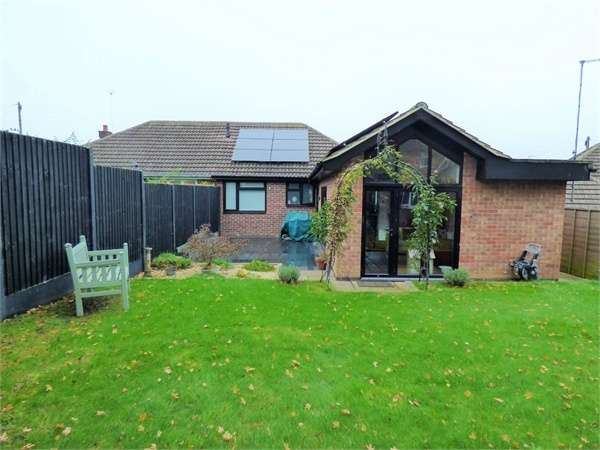 3 Bedrooms Semi Detached Bungalow for sale in Sunningdale Close, Northampton